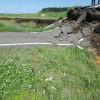 農道に亀裂が入り、幅10メートル近くが陥没し、大きな段差ができていました。