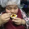小学校のときの担任の先生から頂いたプリンを食べて、元気ハツラツのユウコさんです。