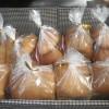 パンもしっかり焼き上がり袋づめも終え、お客様へ届けられるのを待っています。