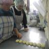 外は雪交じりの天気でかなり寒いですが、皆でパン作りや昼食づくりをやってます。