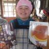 パン作りの合間に、お隣のオルモさんの花壇づくりをしました。ユウコさんは、ケーキ作りの本に夢中です。