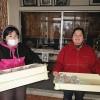 朝一で卒業祝いケーキも無事に配達してきました。お菓子作りの本に夢中なユウコさんです。
