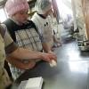 松谷文華堂さんからいただいた教材のシール貼りのお仕事、いよいよ大詰めです。皆パン作りの合間にこつこつやっています。