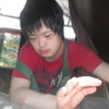 暑い中、アイスをたべて、一息ついています。ミサキさんがユウコさんに誕生日のプレゼントをもってきてくれました。