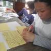 棒を使って柿ちぎりをしました。マイさんも柿が大好きです。時間の合間を見ては日記を書いたりもしています。