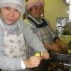 パン作りも順調です。ユウコさんはインテリアの本に夢中です。