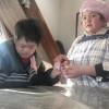 吉本新喜劇人形焼カステラのお土産をチトセさんからもらい、大喜びのユウコさんとコウキさんです。