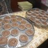 山田小学校の卒業式のお祝い菓子のご注文を受け、ケーキを作ってます。リボンなど全て手作りです。メンバーたちも上手になってきました。
