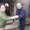 松谷文華堂様からいただいたシール貼りのお仕事を皆で楽しくやっています。