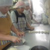 さあ、いつもどおり活動が始まりました。今日のお昼ご飯は自分たちで作ったパンにポテトサラダを挟んでいます。