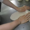 パン作りも順調です。ユウコさんはチーさんからディズニーランドのお土産をもらって大喜びです。