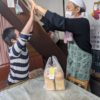 中村倭文夫さんが、飲み物の差し入れ、山本龍平さん、ナタリーさんがパンを買いに来て下さいました。